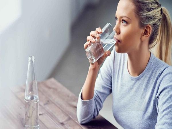 Mơ thấy uống nước có điềm báo gì và đánh con gì?