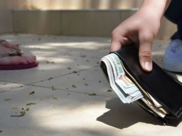 Mơ thấy lượm tiền có điềm báo gì và đánh con gì trúng?